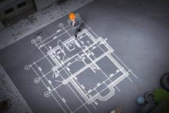 Инженер человека думая над его планом Мультимедиа стоковое фото rf