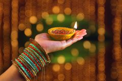 Индийский фестиваль Diwali, лампа в руке стоковое изображение rf