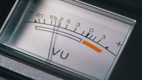 Индикатор аналогового сигнала со стрелкой Метр сигнала звуковой частоты в децибелах акции видеоматериалы