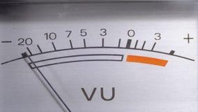 Индикатор аналогового сигнала со стрелкой Метр сигнала звуковой частоты в децибелах сток-видео