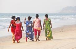 Индия, GOA, 22-ое января 2018 Группа в составе индийские женщины в ярких и красочных сари идет вдоль seashore или пляжа индийско стоковое изображение rf