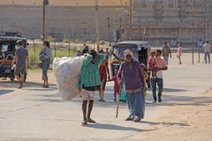 Индия, Hampi, 2-ое февраля 2018 Выноситель Индийский человек с большой сумкой пластиковых бутылок Экологичность в Индии и Азии Пр стоковое изображение