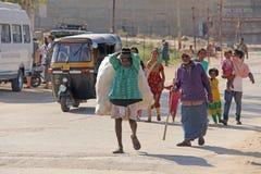Индия, Hampi, 2-ое февраля 2018 Выноситель Индийский человек с большой сумкой пластиковых бутылок Экологичность в Индии и Азии Пр стоковые фото