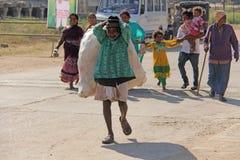 Индия, Hampi, 2-ое февраля 2018 Выноситель Индийский человек с большой сумкой пластиковых бутылок Экологичность в Индии и Азии Пр стоковое изображение rf