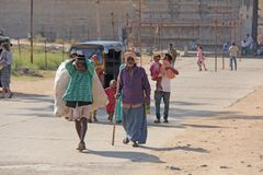Индия, Hampi, 2-ое февраля 2018 Выноситель Индийский человек с большой сумкой пластиковых бутылок Экологичность в Индии и Азии Пр стоковые изображения