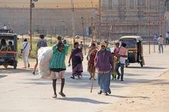 Индия, Hampi, 2-ое февраля 2018 Выноситель Индийский человек с большой сумкой пластиковых бутылок Экологичность в Индии и Азии Пр стоковая фотография