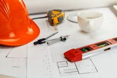 Инструмент измерения со шлемом и кофе на светокопии, архитектурноакустической концепции стоковые изображения rf