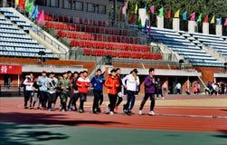 Идущие студенты университета спорта Пекин следа стоковое изображение rf
