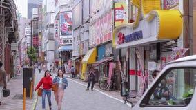 Идущ через город Shinjuku - занятый район в токио - ТОКИО, ЯПОНИЯ - 17-ое июня 2018 акции видеоматериалы