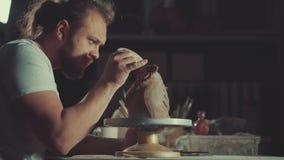 Искусство гончарни, продукт глины, прессформа видеоматериал