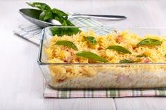 Испеченные макаронные изделия с сыром и ветчиной стоковые изображения rf