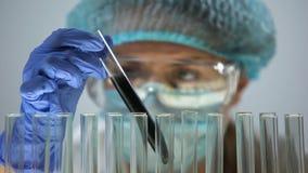 Исследователь рассматривая черное вещество, экспертизу масла и качество сырья сток-видео