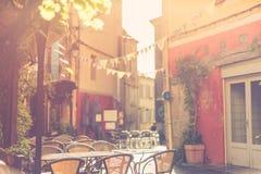 Историческая улица юга Франции, кофейни и солнечного спокойного настроения переулка маленького города стоковые изображения rf