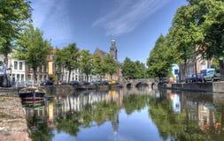 Исторические здания вдоль канала в Лейдене, Голландии стоковая фотография rf