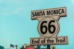Исторический знак трассы 66 на Санта-Моника Калифорнии стоковая фотография rf