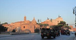 Италия rome 2 военных тележки управляя дальше через улицу Dei Fori Imperiali в солнечном утре лета Военные транспортные средства  сток-видео