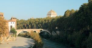 Италия rome Люди идя на мост Fabricius варолиева моста около церков San Giovanni Calibita видеоматериал