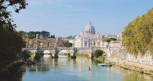 Италия rome Папская базилика St Peter в Ватикане Шлюпка плавая около моста Aelian сток-видео