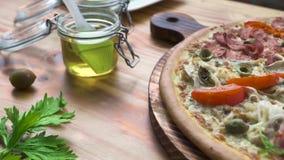 Итальянская пицца с на деревянным столом Первоначальная горячая пицца с foo томатов, бекона и моря томатов спагетти макаронных из видеоматериал