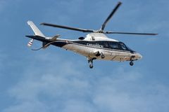 Итальянский вертолет carabinieri в патруле полета на римском небе стоковое фото rf