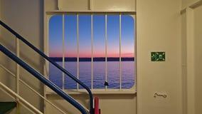 Ирландский паром выходя Cherbourgh во Францию к гавани во время захода солнца - Ирландии Дублина сток-видео
