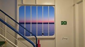 Ирландский паром выходя Cherbourgh во Францию к гавани во время захода солнца - Ирландии Дублина акции видеоматериалы