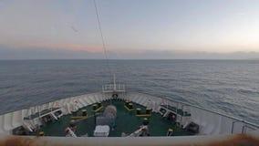 Ирландский паром управляя от гавани Дублина к Cherbourgh - Ирландии акции видеоматериалы