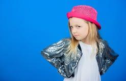 Как стильно i в этой шляпе Ребенк девушки милый нести модную шляпу Небольшой модник Обмундирование крутого cutie модное стоковое изображение