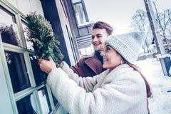 Как раз женатые пары украшая их дом снаружи в первый раз стоковое изображение rf