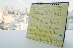 Календарь 2020 стола на таблице офиса для строгать дела стоковое изображение rf
