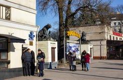 Калининград, Россия - 24-ое февраля 2019: Билет людей покупая к зоопарку города стоковая фотография rf