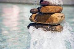 Каменный фонтан пирамиды из камней в бассейне стоковая фотография rf