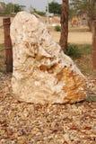 Камень кальцита на поле сельской местности стоковая фотография rf