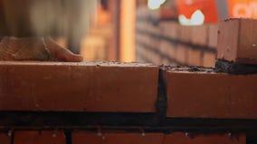 Каменщик делает стену красного кирпича сток-видео