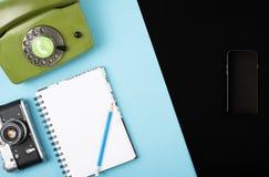 Камера, телефон, тетрадь, карандаш совмещенный в мобильном телефоне Концепция на предпосылке цвета Космос для текста Концепция на стоковое фото rf