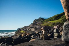 камни штабелированные пляжем Прая делает Santinho, polis ³ FlorianÃ, Бразилию стоковые изображения rf