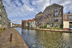 Канал и исторические дома в Schiedam, Голландии стоковые изображения