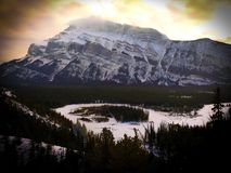 Канадские скалистые горы на национальном парке Banff на заходе солнца стоковое изображение rf