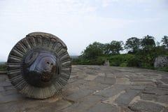 Канон Mendha Tope с головой штосселя на форте Daulatabad, Aurangabad, махарастре, Индии стоковые фото