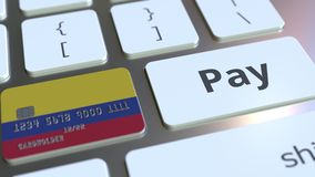 Карта банка отличая флагом Колумбии как ключ на клавиатуре компьютера Анимация колумбийского онлайн-платежа схематическая иллюстрация штока