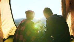 Карта молодого человека и женщины исследуя в горе видеоматериал