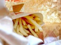 Картофельные чипсы в коричневом бумажном мешке стоковое фото rf