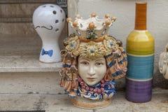 Керамические плантаторы сформированные как Moorish головы стоковая фотография rf