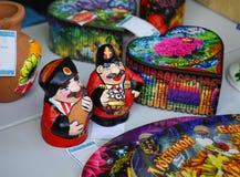 Керамические figurines 2 казаков в национальных костюмах стоковое фото rf