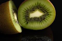 Киви черный Плодоовощ ломтик Reflectiv сочно стоковая фотография
