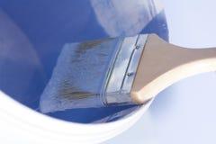 Кисть в пурпурном ремонте краски стоковые фотографии rf
