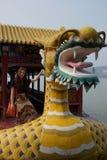 Китайская шлюпка дракона с западный женский представлять туриста стоковое фото