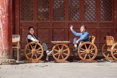Китайские жена и супруг имеют разговор стоковое фото