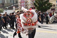 Китайские драконы, символ энергии хиа и удача, на золотом параде дракона, празднуя китайский Новый Год стоковое фото