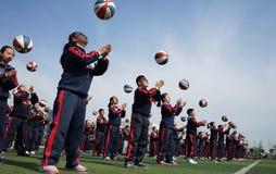 Китайские студенты делают гимнастику баскетбола стоковое фото
